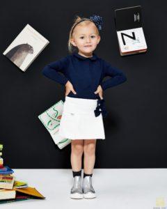 dziewczynka w bluzce dziecięcej - zdjęcie